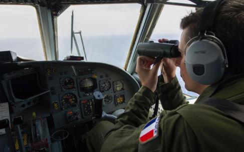 Un soldado francés participa en las labores de búsqueda de los...
