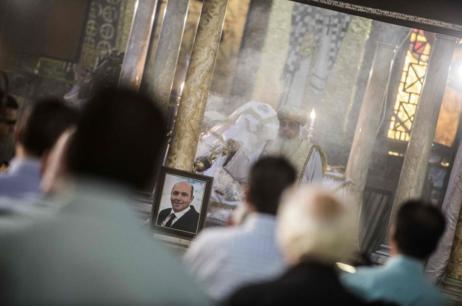 El retrato de una de las víctimas durante un funeral ortodoxo...