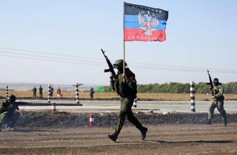 Separatistas prorrusos durante una operación militar en la región de...