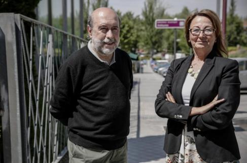 Ángel Vivas y su mujer, Lidia, en el lugar donde se encontraron con...