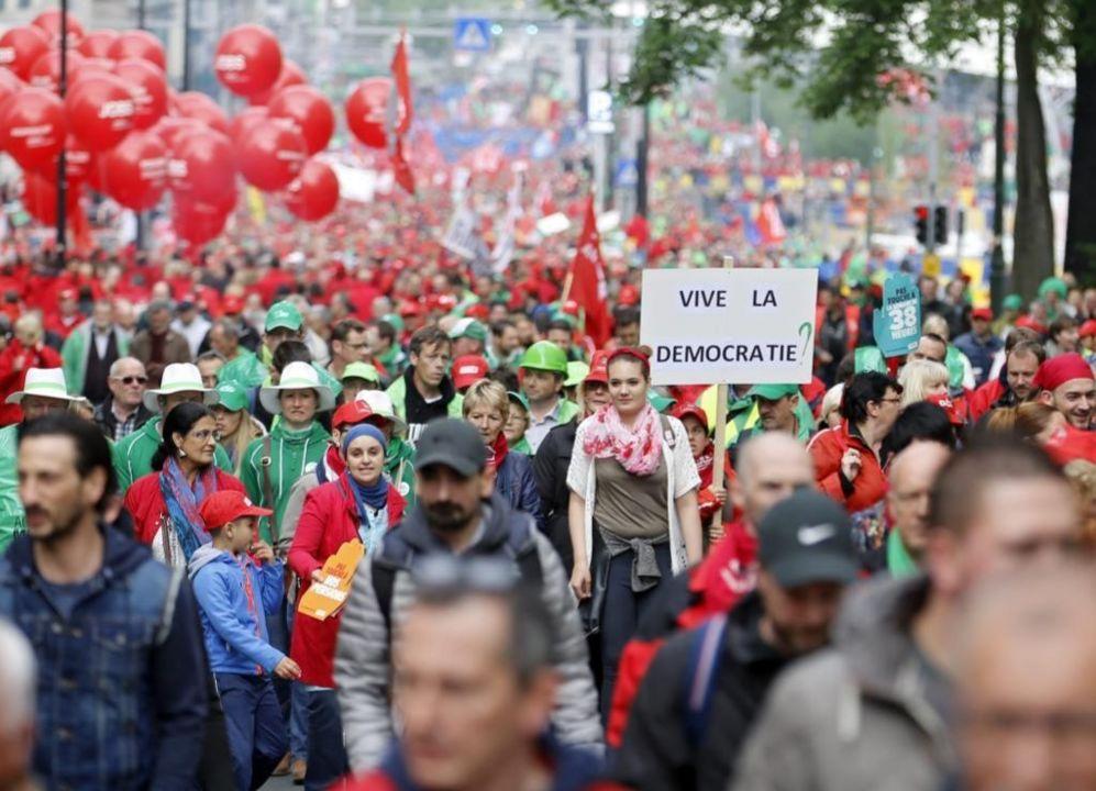 Miles de personas marchan durante una manifestación nacional...