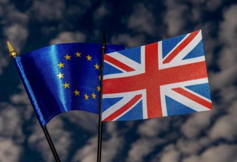 Las banderas de la UE y de Reino Unido.