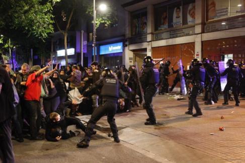 Mossos se enfrentan a manifestantes en la noche del martes en...