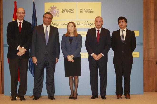 El presidente de Ineco, Jesús Silva (segundo por la izqda.), y el ex...