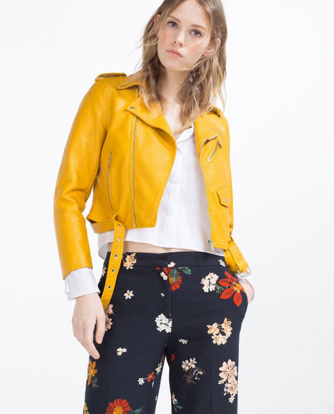 Vestido azul con chaqueta amarilla