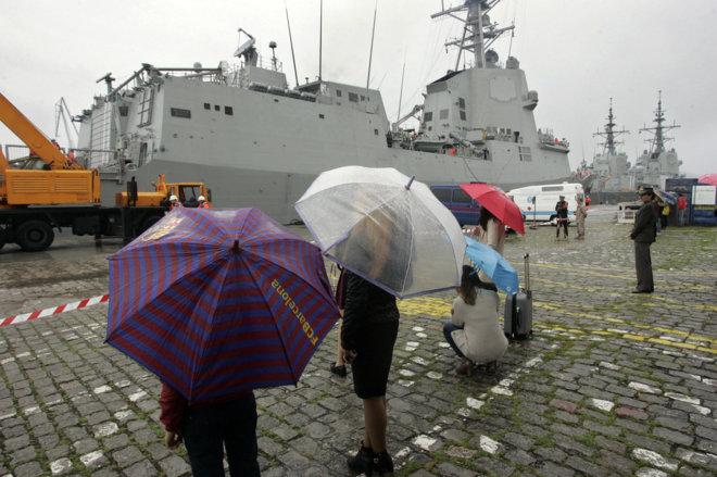Varias personas observan cómo zarpa un buque del Arsenal Militar de...