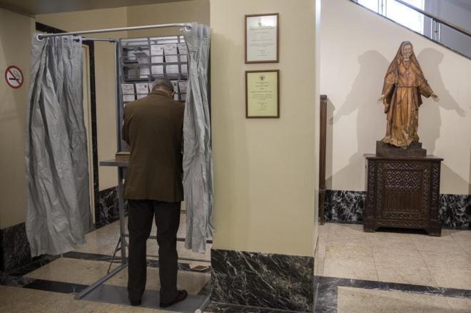 Un ciudadano vota el pasado 20 de diciembre en un colegio de Madrid.