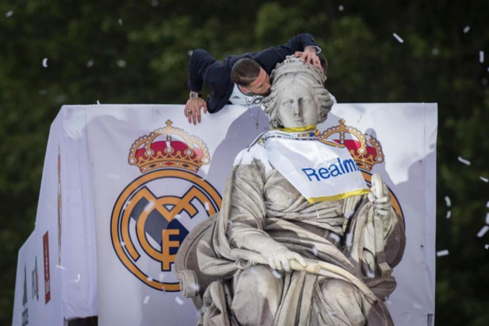 El capitán del Real Madrid, Sergio Ramos, coloca la bandera del club...