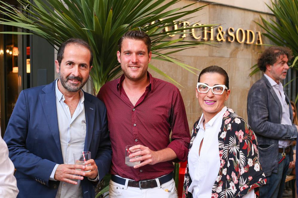 Antonio Fernández-Coca y Pati Isasi con un amigo.