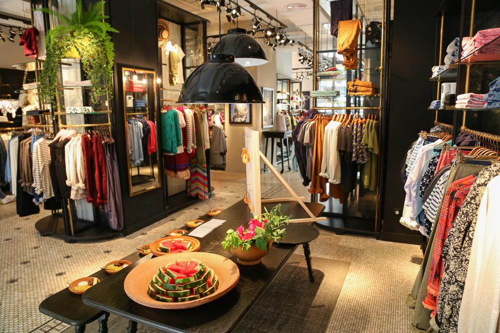 Interior de la tienda, con la comida que se ofreció, inspirada en...