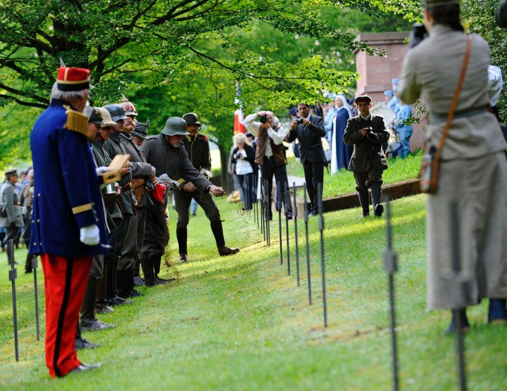 Actores de la recreación de la batalla muestran sus respetos a las...