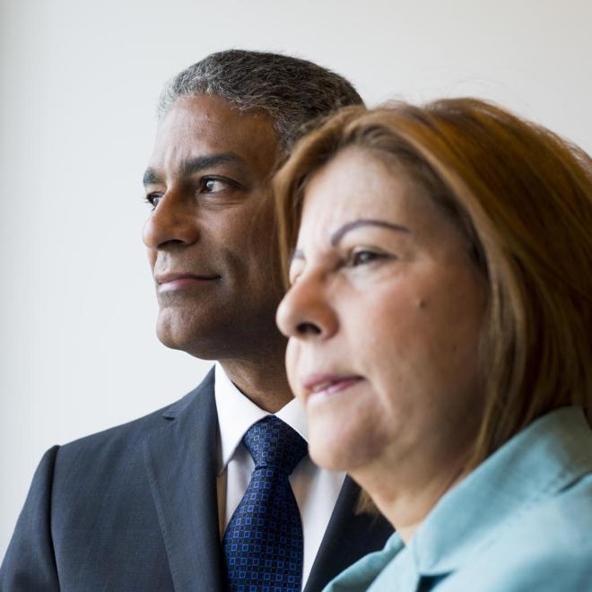 El ex preso político cubano Óscar Elías Biscet junto a su mujer,...