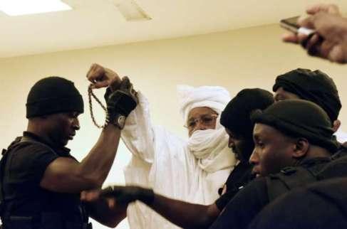 El ex dictador Hissène Habré es escoltado antes de la primera...