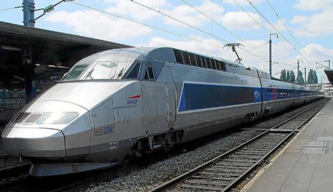 Un tren de alta velocidad francés de la SCNF, en una estación.
