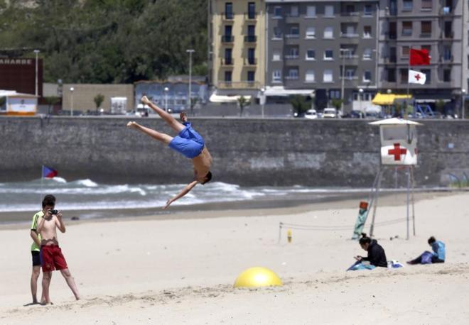 La playa de la Zurriola, de San Sebastián, donde hoy ha comenzado...