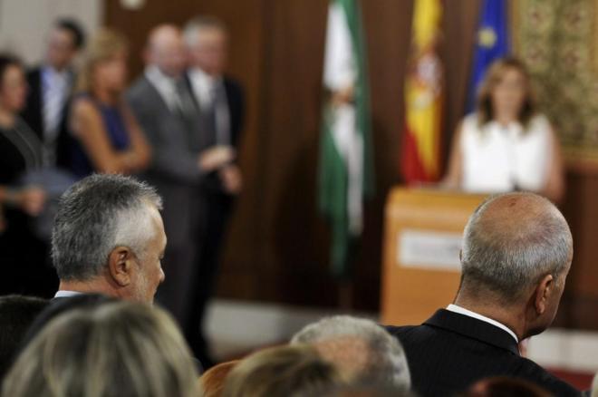 Los ex presidentes de la Junta andaluza José Antonio Griñán y...