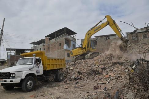 Una excavadora limpia los escombros de un edificio en Manta, Ecuador.