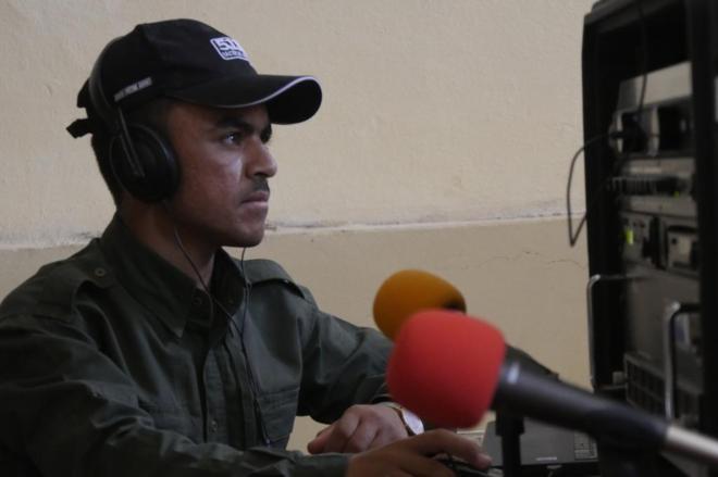 El soldado Fanar Jaled, durante la emisión de un programa de la radio...