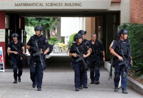 Oficiales de policía patrullan la facultad de matemáticas de UCLA