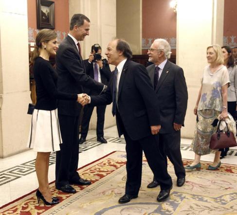 Los Reyes Felipe VI y Letizia saludan al escritor Javier Marías.