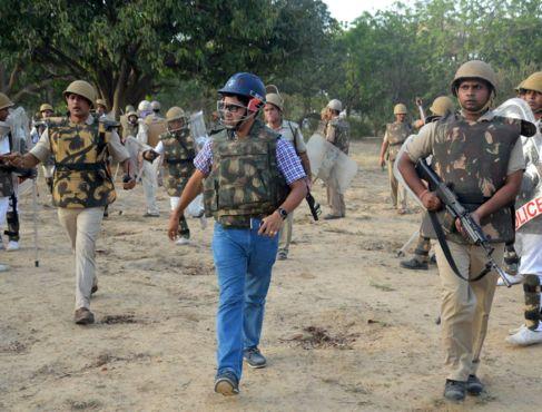 Alguso de los policías indios que han participado en el violento...