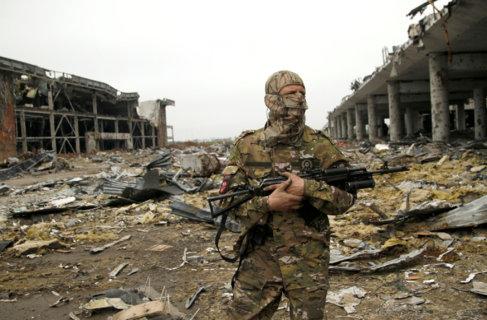 Un miembro de las fuerzas prorrusas en el destruido aeropuerto de...