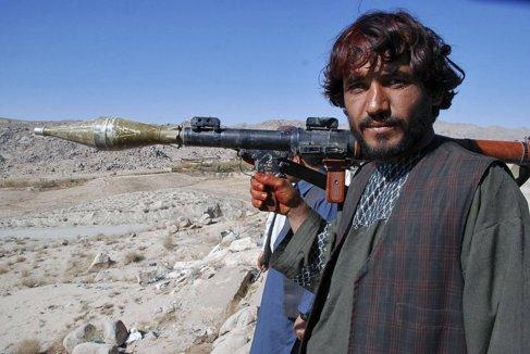 Un miliciano talibán con un lanzagranadas en la provincia de...