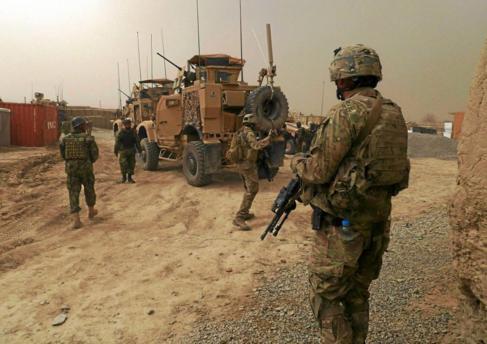 Soldados norteamericanos vigilan la entrada a una base militar cercana...