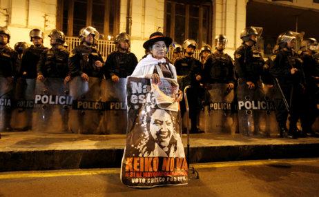 Una manifestante con un cartel del movimiento 'Keiko No Va',...