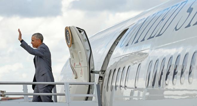 El presidente de los Estados Unidos, Barack Obama, saluda al salir del...