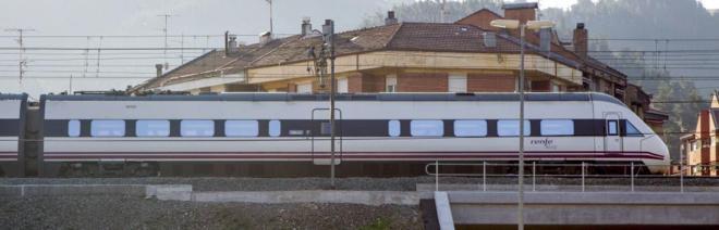 Tren de Renfe a su paso por Ugao Miravalles, País Vasco.