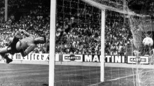 El portero italiano Dino Zoff oberva cómo encaja un gol del polaco...