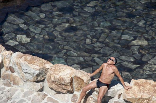 Un hombre toma el sol en la zona fluvial del río Miño y las termas...