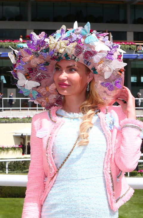 791f00f6694b2 Los sombreros más locos de Ascot - Las damas de la alta sociedad ...