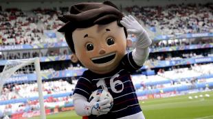 Súper Víctor, antes de un partido de la Eurocopa.