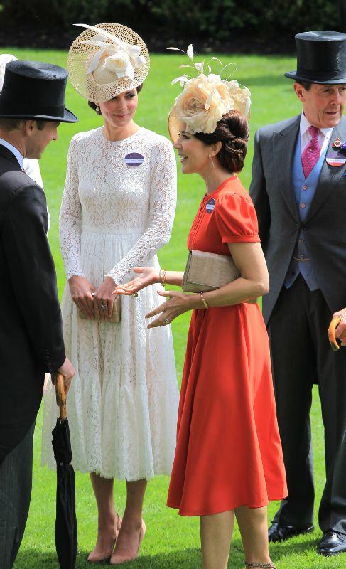 La duquesa de Cambridge y Mary de Dinamarca se reunieron ayer en el...