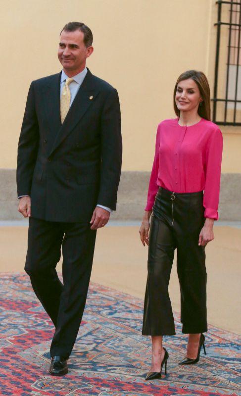 La reina Letizia se apunta a la moda de los pantalones tipo Culotte....