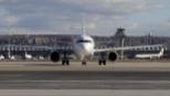 Un avión rueda por el aeropuerto Adolfo Suárez Madrid Barajas, con...