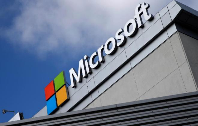 Logotipo de Microsoft en un edificio de la compañía en Los Ángeles