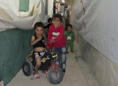 Niños sirios en un asentamiento cerca de Saadnayel, en el valle de la...