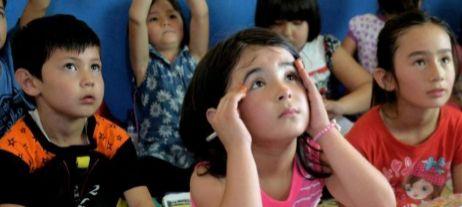 Niños refugiados acuden a clase en Cisarua (Java, Indonesia).