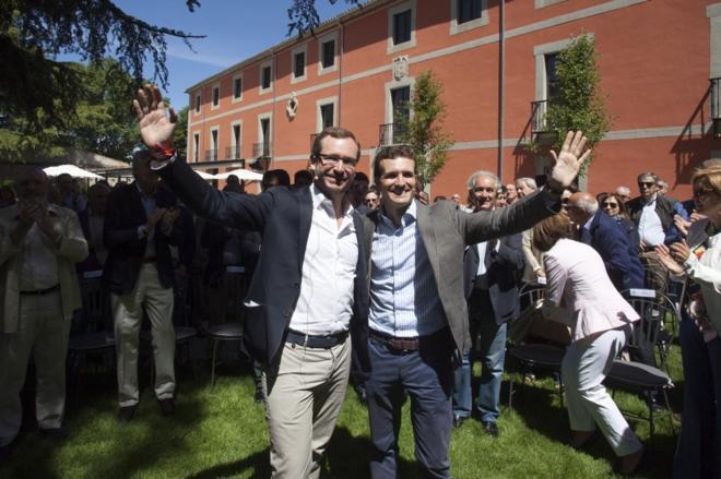 Los vicesecretarios del PP Javier Maroto y Pablo Casado, el pasado...