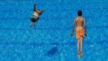 Niños bañándose en una piscina.