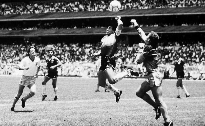 Maradona, en el momento de meter el gol con la mano a Inglaterra.