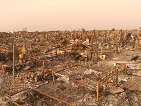 Imagen del Centro de Protección de Civiles de Malakal, quemado...