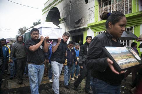Funeral de una víctima de los enfrentamientos del pasado domingo...