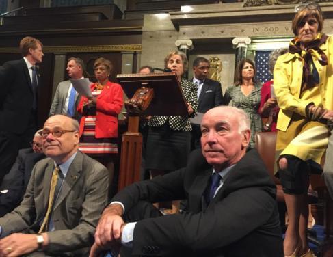 Demócratas durante la sentada iniciada este miércoles en la Cámara...