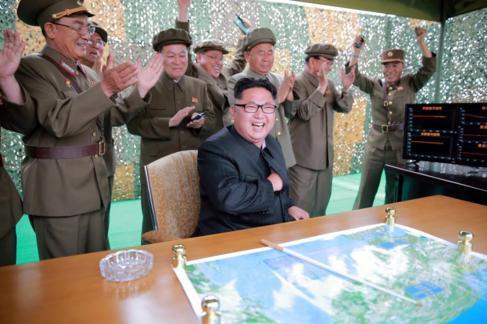 El líder norcoreano Kim Jong-un durante el lanzamiento del misil este...