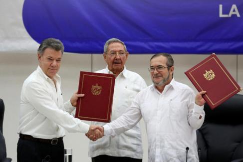 Raúl Castro, Juan Manuel Santos y el líder de las FARC,...