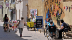 Un grupo de vecinos de Vilassar de Mar, frente a una pintada...